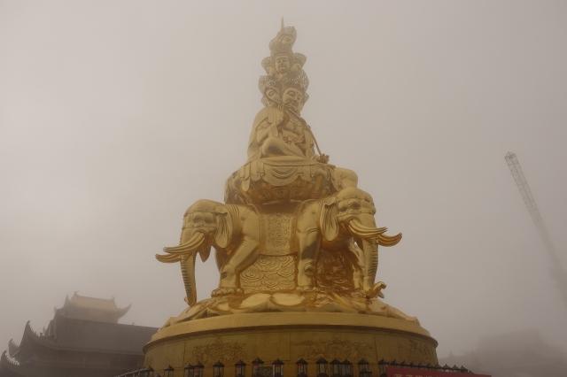 峨嵋山の金の巨像
