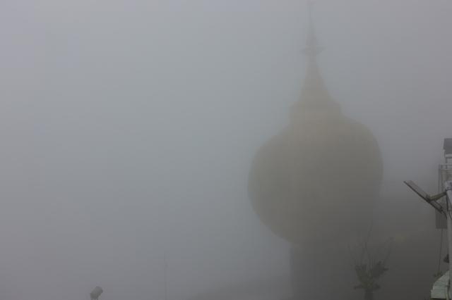 霧の朝のゴールデンロック